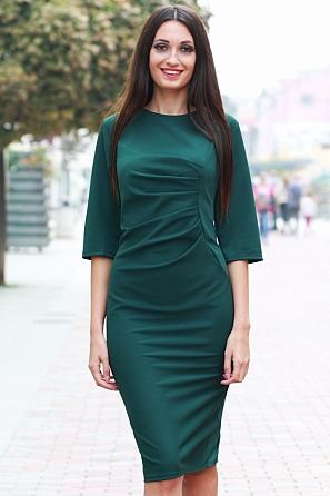 Елегантна дамска рокля с набор отпред 8525