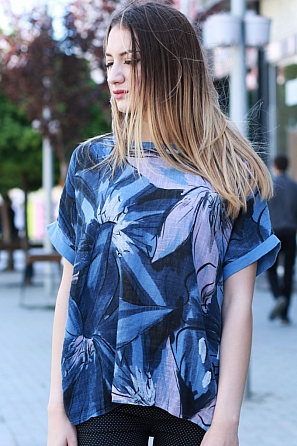 Памучна блуза с цветен мотив и леко издължена задна част 8418